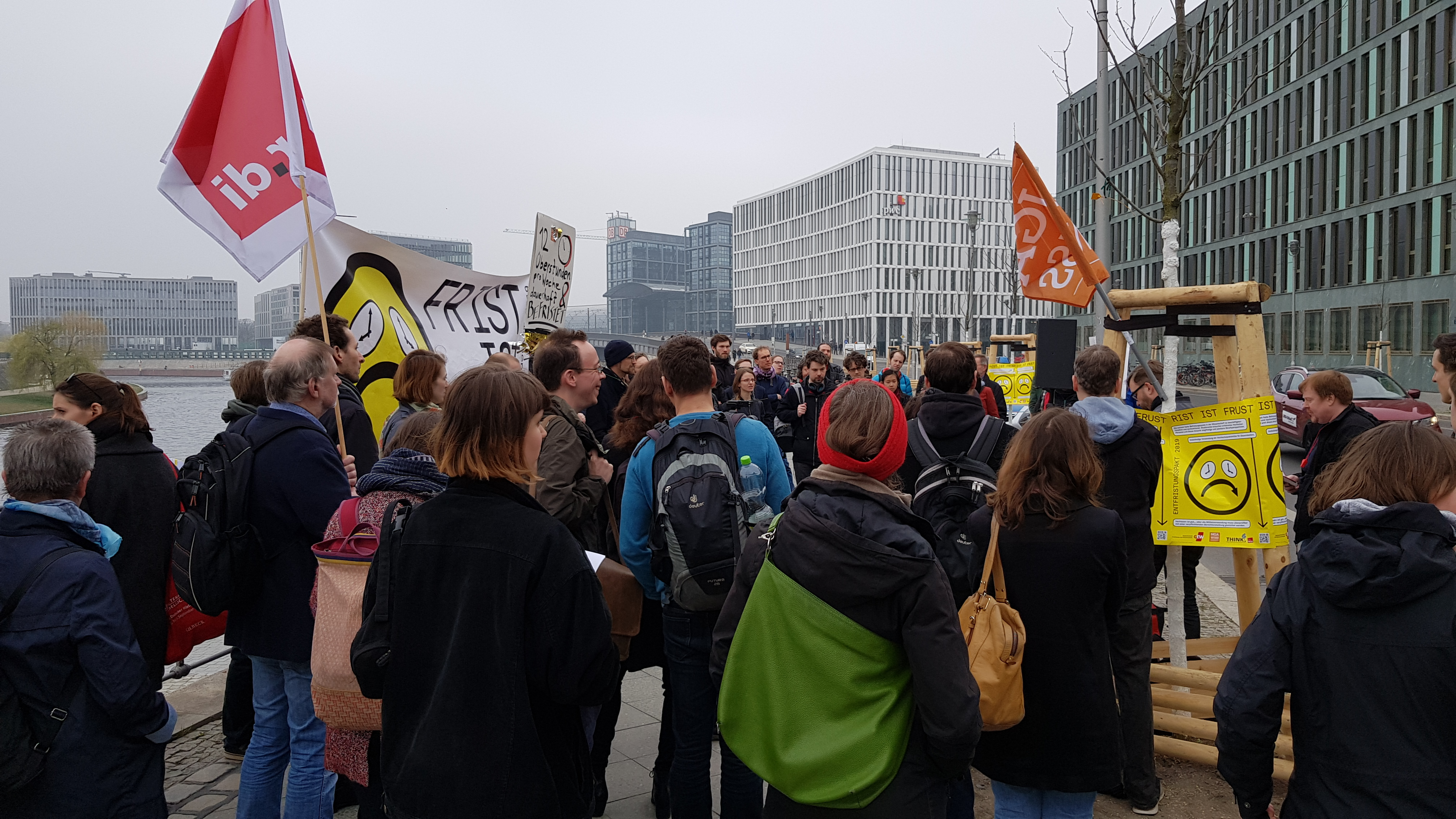 Protestaktion von Wissenschaftler*innen und Gewerkschaften vor dem Bildungsministerium